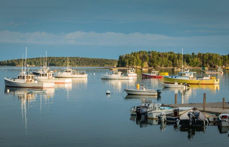 Hummerboote werden im Hafen an der Dämmerung in der Freundschaft, Maine festgemacht stockfoto
