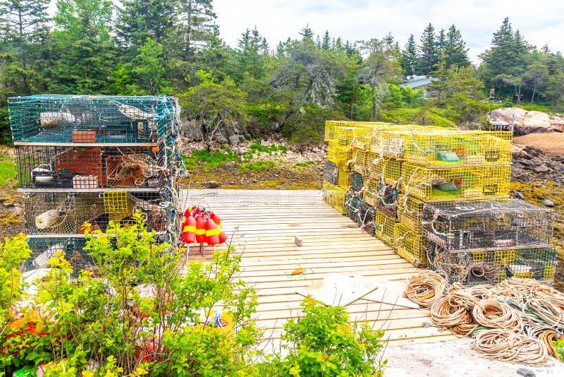 Hummerfällor på en pir i Maine, USA arkivbild