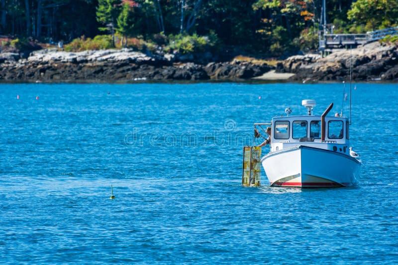 Hummerfiskebåt i höst, New England arkivbild