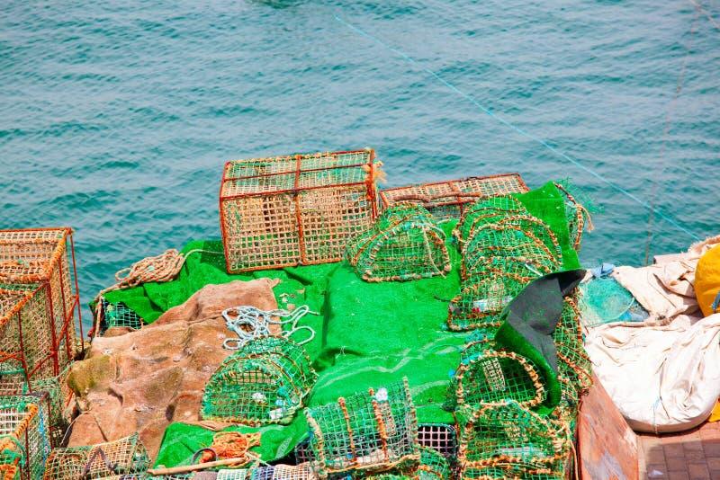 Hummerkrukor och krabbakrukor som torkar i solen på pir, royaltyfri foto