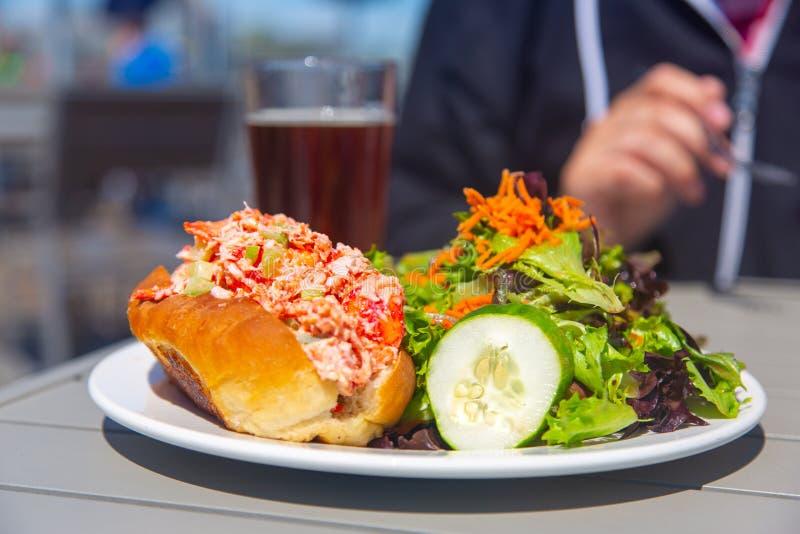 Hummerrolle mit Salat und Bier lizenzfreie stockfotografie