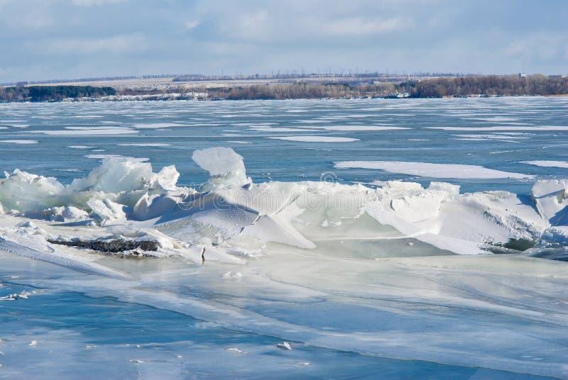 Hummock del ghiaccio su un fiume. immagini stock libere da diritti