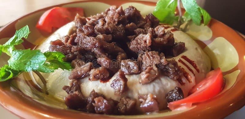 hummus板材用肉和菜-黎巴嫩食物 免版税图库摄影