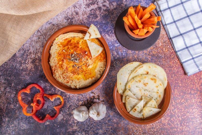 hummus红萝卜和胡椒板材用印度面包和crudités  素食主义者和素食主义者食物 库存图片