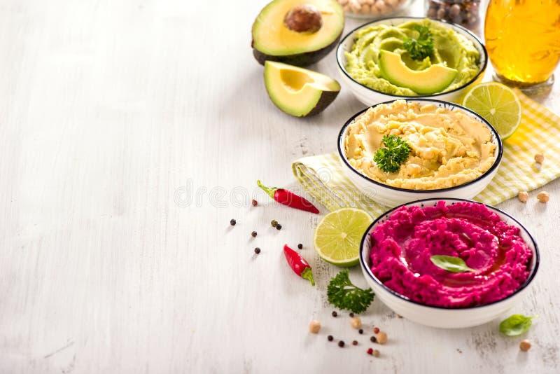 Hummus Hummus, παντζαριών και αβοκάντο, χορτοφάγος που τρώει, διαφορετικές εμβυθίσεις, vegan πρόχειρο φαγητό στοκ εικόνες
