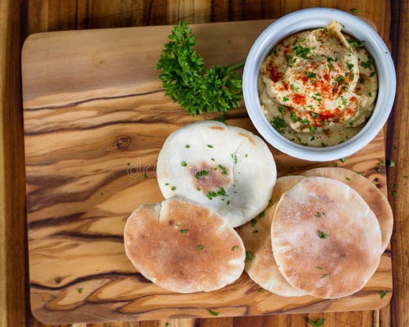 Hummus överträffade med paprika arkivfoton