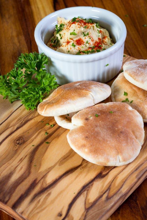 Hummus överträffade med paprika royaltyfria bilder