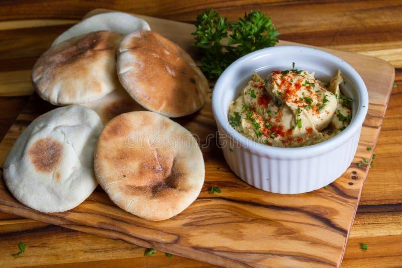 Hummus överträffade med paprika royaltyfria foton
