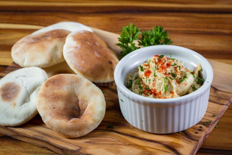 Hummus överträffade med paprika arkivfoto