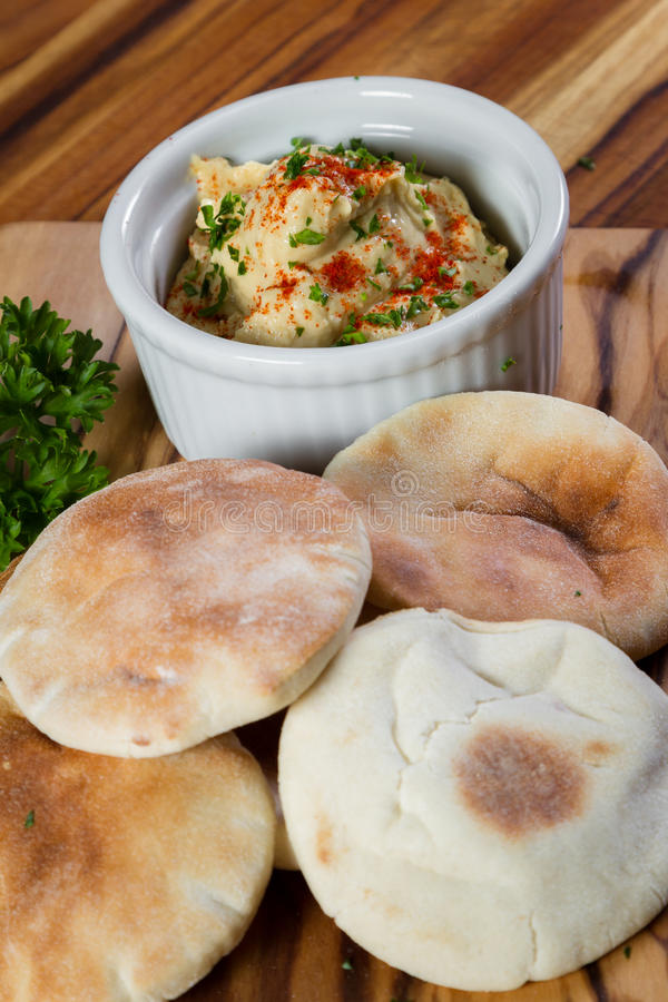 Hummus överträffade med paprika arkivbild