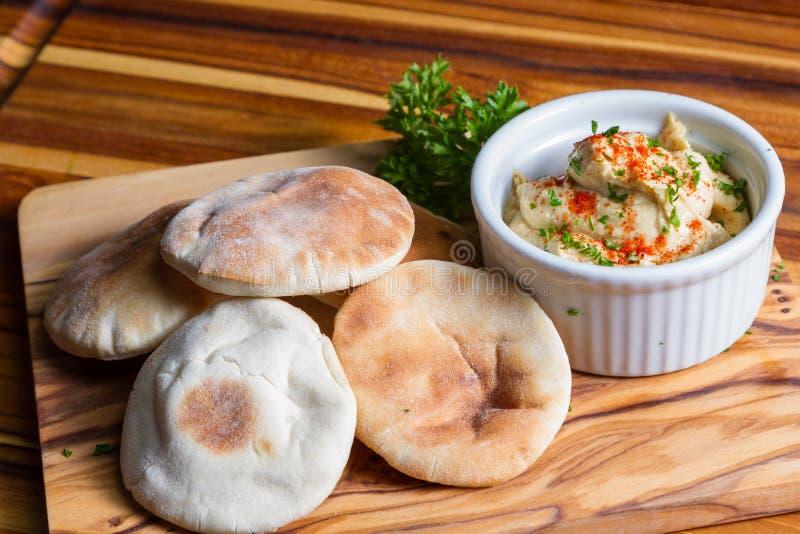Hummus överträffade med paprika royaltyfri fotografi