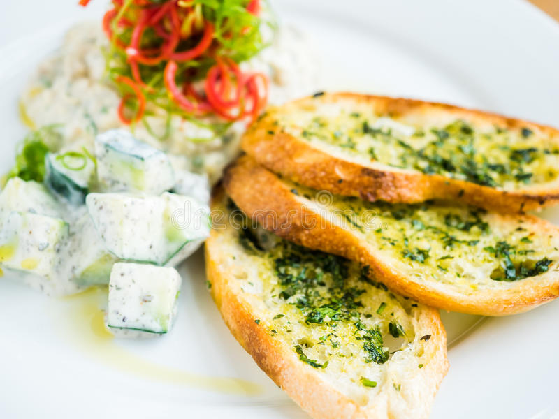 hummus με το ψωμί σκόρδου στοκ εικόνα με δικαίωμα ελεύθερης χρήσης