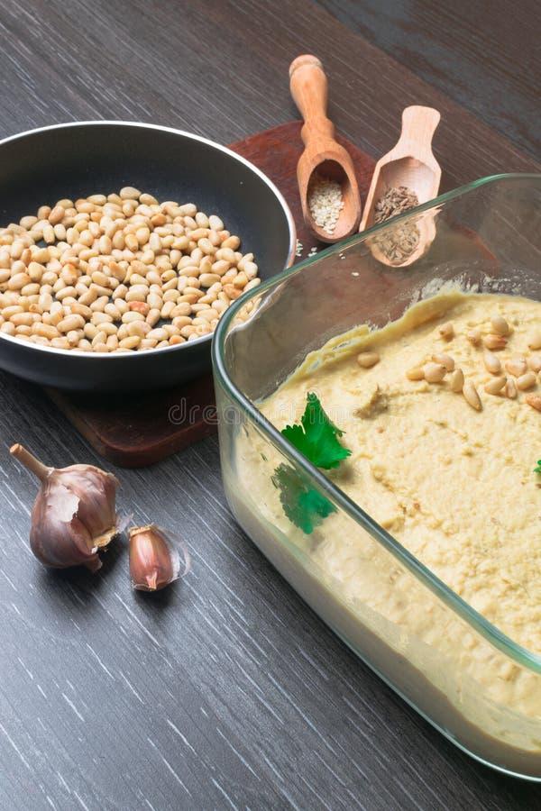 Hummus или houmous, закуска сделанная из помятых нутов с tahini, лимон, чеснок, оливковое масло, петрушка, тимон и кедр стоковое фото rf