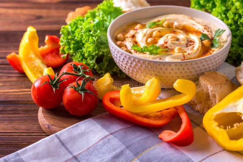 Hummus и нут Еврейская кухня художническая детальная рамка Франция горизонтальный металлический paris eiffel делает по образцу съ стоковая фотография rf