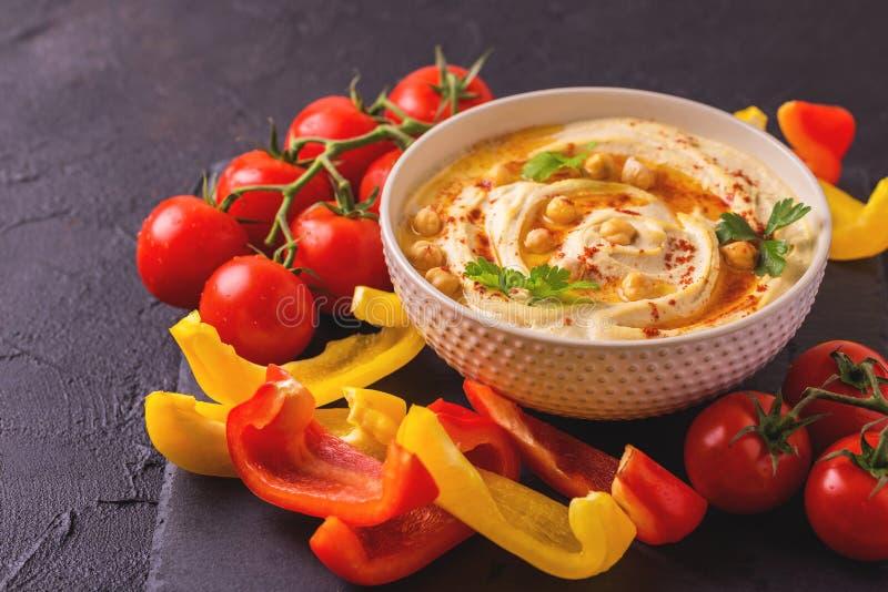 Hummus и нут Еврейская кухня художническая детальная рамка Франция горизонтальный металлический paris eiffel делает по образцу съ стоковое фото rf