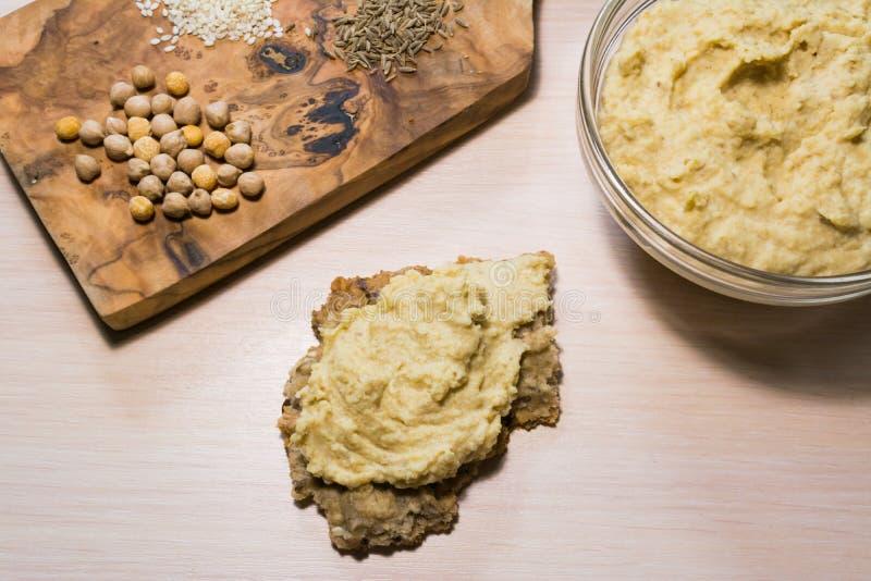 Hummus, biscote curruscante e ingredientes foto de archivo