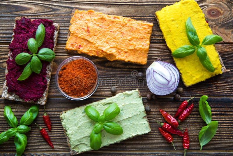 hummus bruschettas的分类,五颜六色的快餐 库存图片
