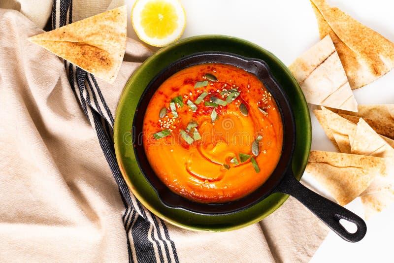 Hummus casalingo della zucca di concetto sano dell'alimento in pentola del ferro della padella con lo spazio della copia fotografie stock libere da diritti
