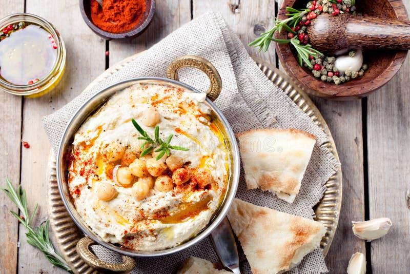Hummus, chickpea upad z rozmarynami, papryka zdjęcia royalty free