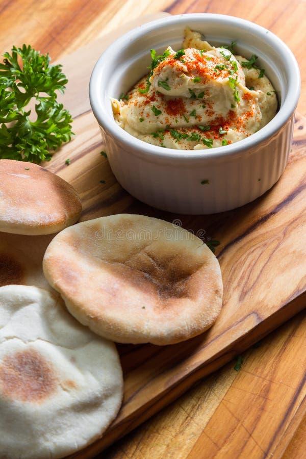 Hummus cobriu com paprika imagem de stock