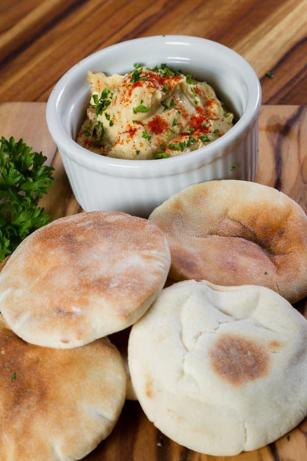 Hummus cobriu com paprika fotografia de stock