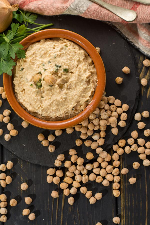 Hummus, codzienni posiłki w Izrael zrobił od chickpeas i ingredi zdjęcia stock