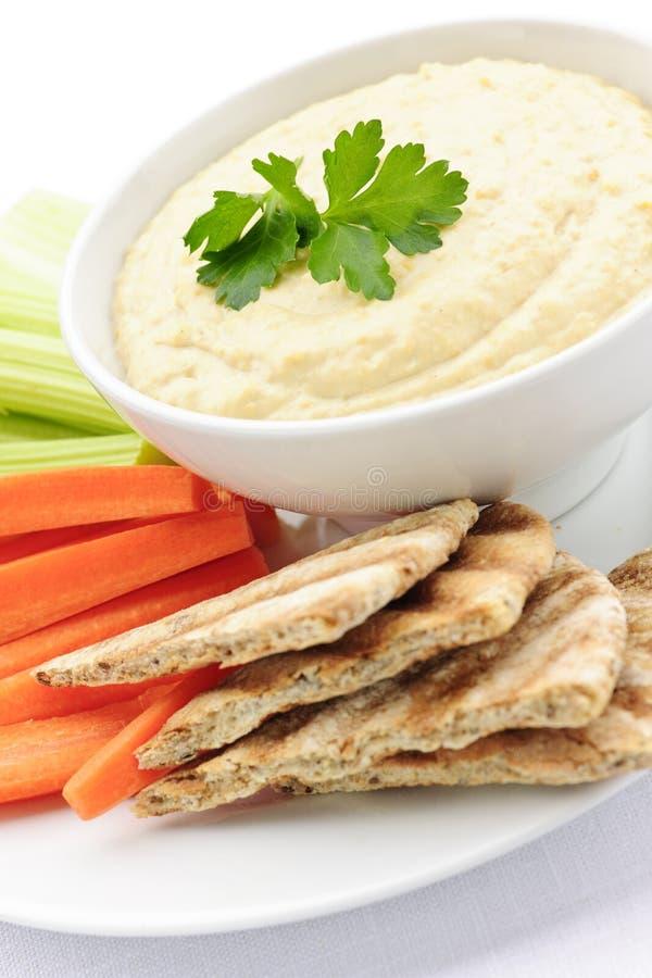 Hummus com pão e vegetais do pita fotos de stock royalty free