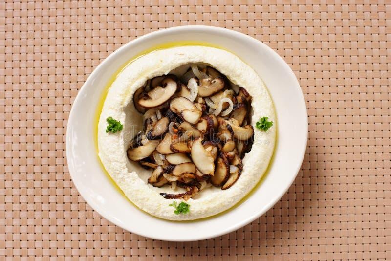 Hummus con las setas imagen de archivo