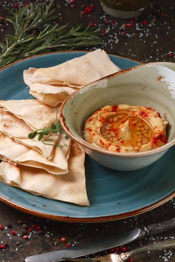 Hummus con lavash e spezie e dadi fotografia stock