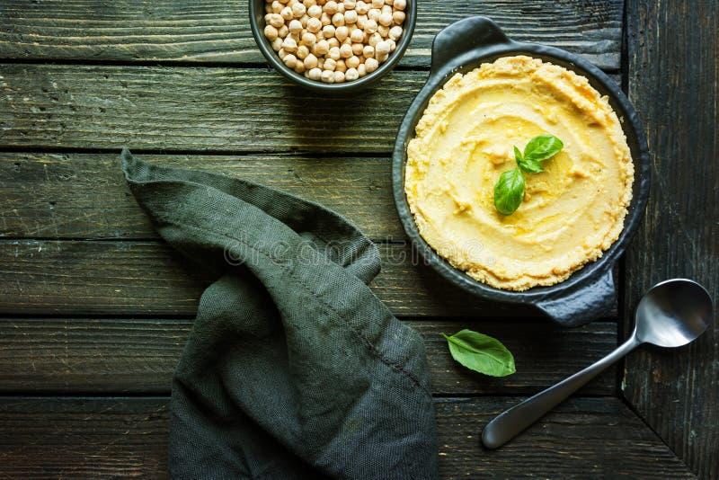 Hummus cremoso casalingo sano immagini stock libere da diritti