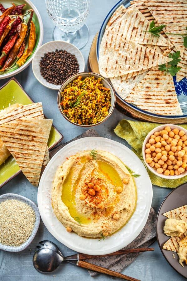 Hummus cremoso casalingo sano con Olive Oil e la pita fotografie stock