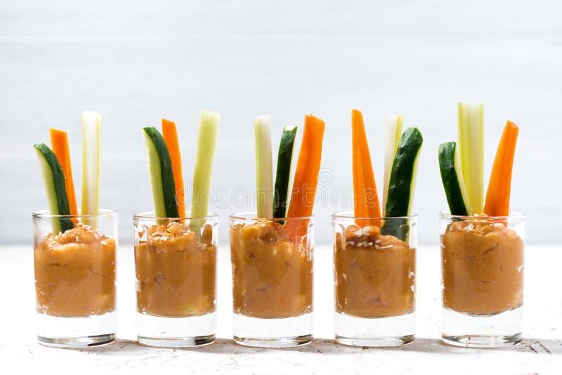 Hummus da abóbora e legumes frescos imagem de stock