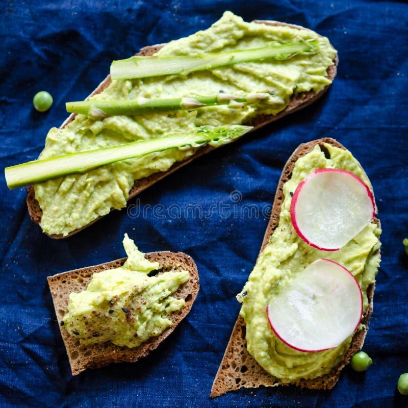 Hummus das ervilhas verdes e dos grãos-de-bico fotografia de stock royalty free