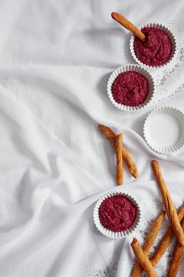 Hummus de las remolachas con pan foto de archivo libre de regalías