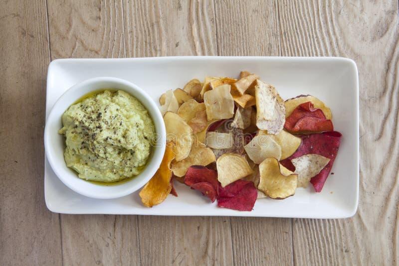 Hummus dell'avocado e chip di verdure fotografie stock libere da diritti