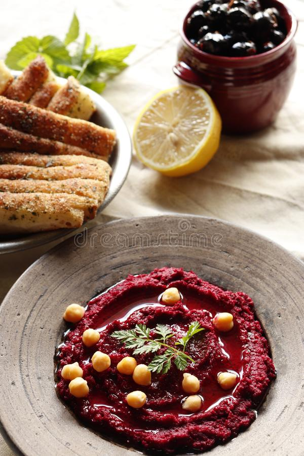 Hummus della barbabietola con le olive ed il pane fotografie stock libere da diritti
