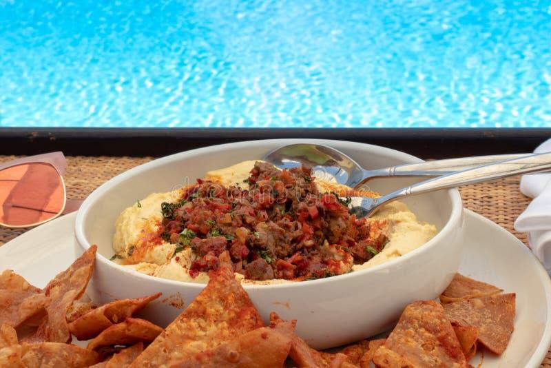 Hummus door de pool royalty-vrije stock afbeelding