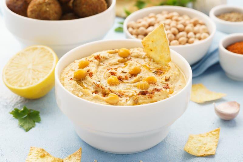 Hummus dopp med chiper, pitabrödet och falafelen sund mat arkivfoton