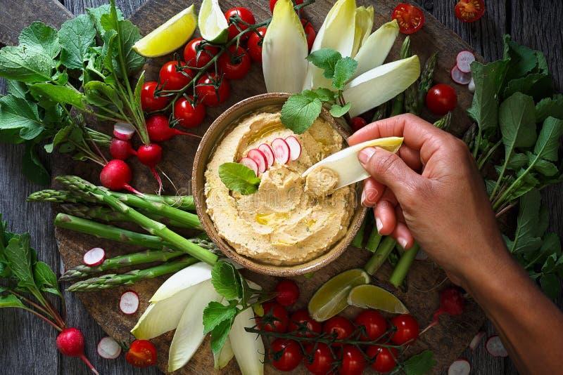 Hummus dos rabanetes e dos grãos-de-bico com legumes frescos imagem de stock