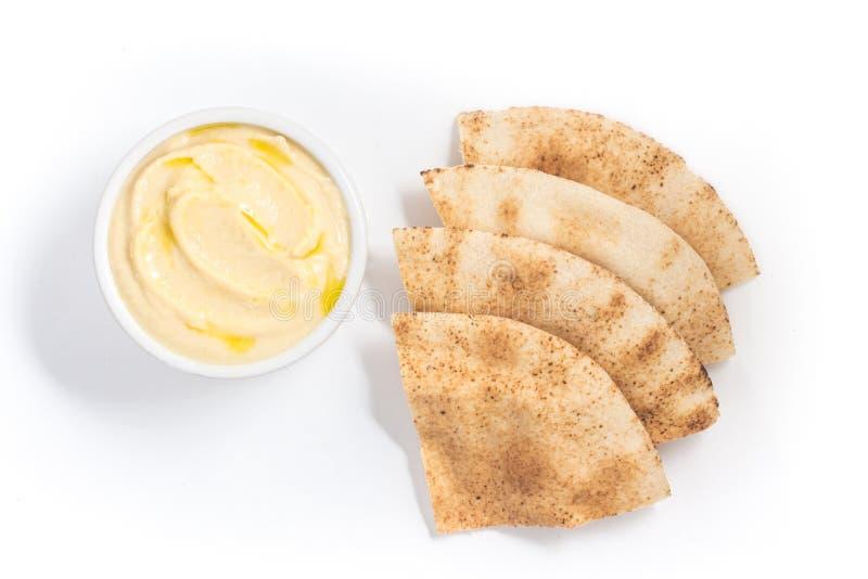 Hummus in einer Schüssel und in einem arabischen Brot stockfoto