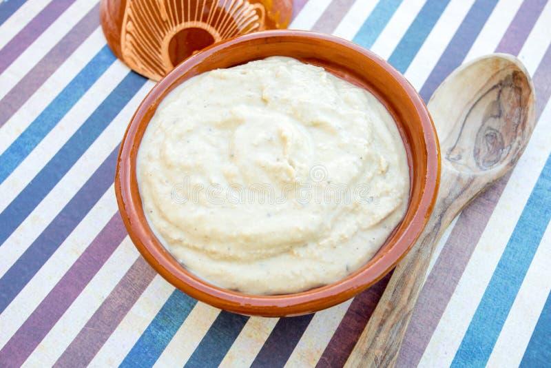 Hummus en un plato imagenes de archivo