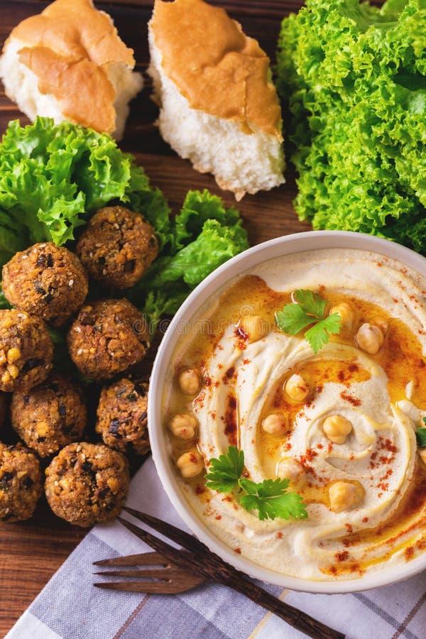 Hummus, falafel и нут служили с салатом и пита стоковые изображения