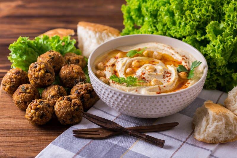 Hummus, falafel и нут служили с салатом и пита стоковое фото