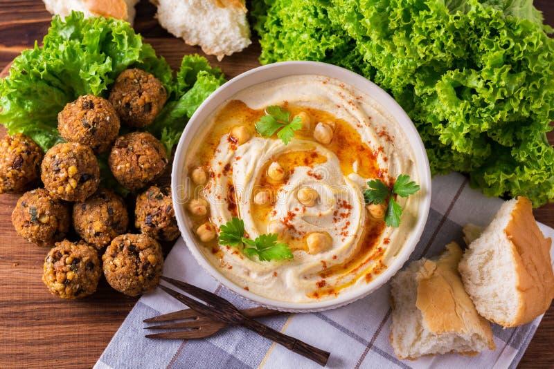 Hummus, falafel и нут служили с салатом и пита стоковое изображение