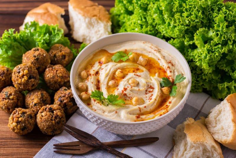 Hummus, falafel и нут служили с салатом и пита стоковое изображение rf