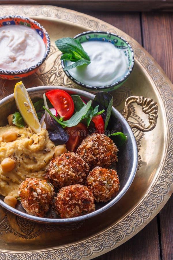 Hummus, falafel, салат в лотке с йогуртом и tahini стоковые изображения