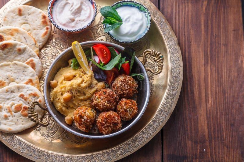 Hummus, falafel, салат в лотке с йогуртом и tahini стоковое фото rf