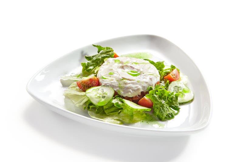 Hummus, humus u Hommos con la ensalada aislada en el fondo blanco imágenes de archivo libres de regalías