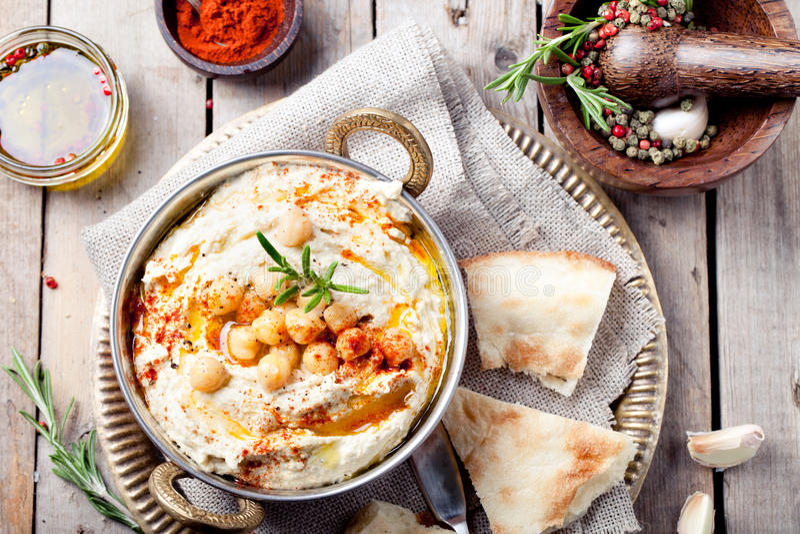 Hummus, Kichererbsenbad, mit Rosmarin, Paprika lizenzfreie stockfotos
