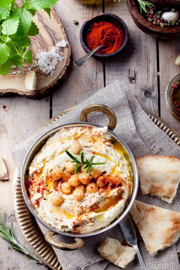 Hummus, Kichererbsenbad, mit Rosmarin, Paprika stockfoto